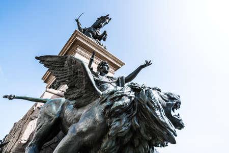 leon con alas: estatua del león alado en el monumento a Víctor Manuel II, Venecia, Italia Foto de archivo