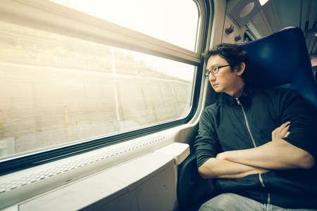 コピー スペースと、暖かい光のトーン、窓を通して見る男前な男性