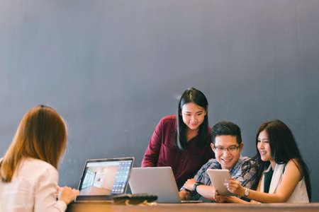 Groep jonge Aziatische collega's in team casual discussie, opstarten project zakelijke bijeenkomst of gelukkig teamwerk brainstormen concept, met kopie ruimte, scherptediepte effect