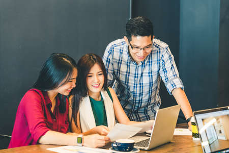 Groep jonge Aziatische zakelijke collega's of studenten in team casual discussie, startproject zakelijke bijeenkomst of gelukkig teamwork brainstorm concept, met kopie ruimte, diepte van het veld effect Stockfoto - 68273162