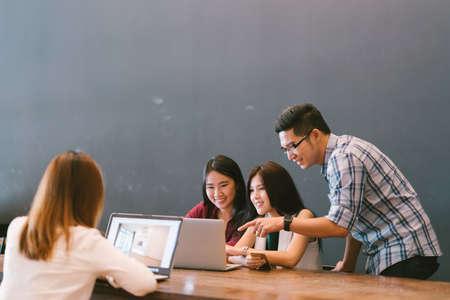 Groep jonge Aziatische collega's in team casual discussie, opstarten project zakelijke bijeenkomst of gelukkig teamwerk brainstormen concept, met kopie ruimte, scherptediepte effect Stockfoto - 68273163