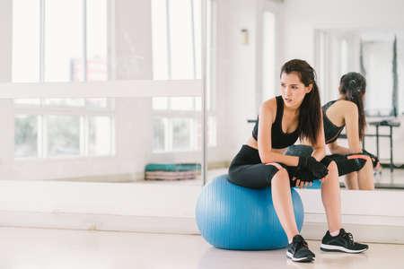 복사 공간, 스포츠 및 건강한 라이프 스타일 개념 체육관에서 피트 니스 공에 젊은 및 결정 섹시한 아시아 여자