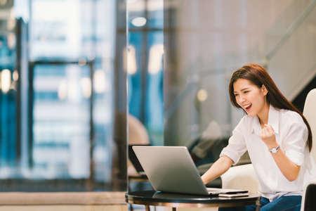 복사 공간 노트북과 함께 축하 아름다운 아시아 여자 포즈 성공, 교육이나 기술 또는 시작 비즈니스 개념, 스톡 콘텐츠
