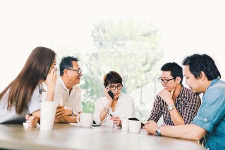 コーヒー ショップや近代的なオフィスのチーム会議で 5 つのアジア ビジネス人の多様なグループです。戦略ブレイン ストーム、中小企業経営者、家族の話、情報技術や社会ライフ スタイルのコンセプト 写真素材 - 87277151