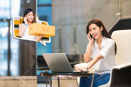 La bella ragazza asiatica acquista online facendo uso della telefonata con il piccolo imprenditore femminile che consegna il contenitore di pacchi. Lo stile di vita dello shopping su Internet, l'e-commerce, il servizio di spedizione, la promozione della vendita delle PMI pubblicizzano il concetto