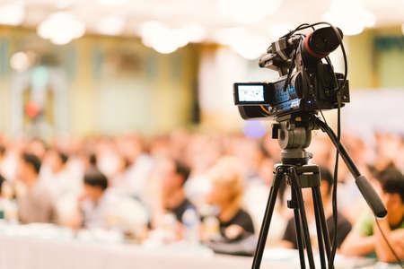 La cámara de video estableció una audiencia récord en el evento del seminario de la sala de conferencias. Reunión de la empresa, centro de convenciones de exposiciones, anuncio corporativo, orador público, industria del periodismo o concepto de reportero de noticias
