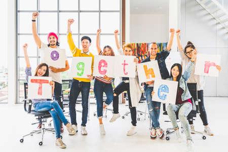 Multi-etnisch diverse collega-kantoormedewerker of creatieve mensen houden woord bij elkaar, juichen en vieren. Zakelijke projectpartner, zakelijk teamwerk, bedrijfsactiviteit of vriendschapsamenhorigheidsconcept