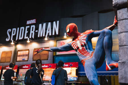 Bangkok, Thailand - 18 augustus 2018: Nieuw Spider-Man PS4-game-evenement in PlayStation Experience SEA (Zuidoost-Azië) 2018. Spiderman-model weergegeven op demo-stand met gamer die proefversie van het spel speelt