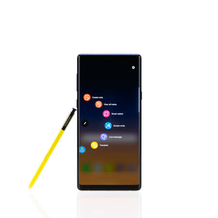 Bangkok, Thailand - Sep 10, 2018: Samsung Galaxy Note 9 smartphone with yellow S-Pen stylus, isolate on white background. Screen display note, message, drawing and writing apps. Illustrative Editorial 新闻类图片