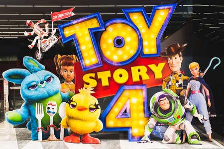 Bangkok, Tailandia - 17 de junio de 2019: Pantalla de fondo de la película Toy Story 4 con personajes de dibujos animados en el cine. Publicidad promocional de cine o concepto de marketing de la industria cinematográfica
