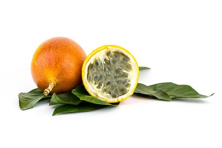 전체 grenadilla 노란색 열정 과일 많은 씨앗으로 육즙이 가득한 과일의 절반 스톡 콘텐츠 - 104337442