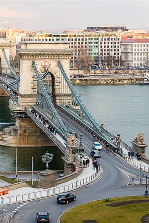Szechenyi suspension bridge with sculptures of lions road to the city center of Budapest is a famous tourist place. Budapest Hungary March 2018 에디토리얼