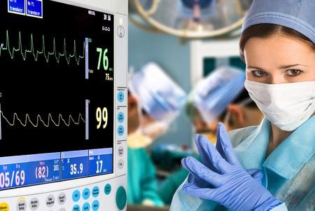 elettrocardiogramma: dottoressa in camera operazione con monitor Archivio Fotografico