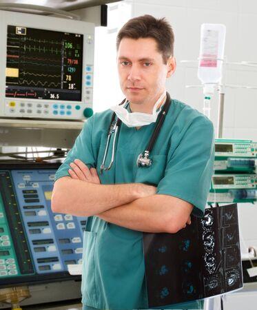 male doctor: giovane medico maschio in unit� di terapia intensiva Archivio Fotografico