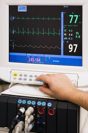 of electrocardiogram: supervisar con mano de m�dico en la unidad de cuidados intensivos