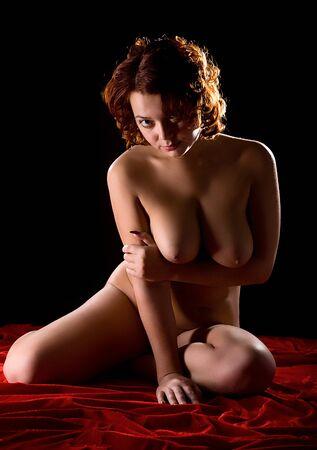 jóvenes mujeres desnudas sobre fondo rojo y negro Foto de archivo - 9577844