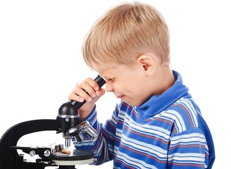 five years old: ragazzo di cinque anni con microscopio isolata on white Archivio Fotografico