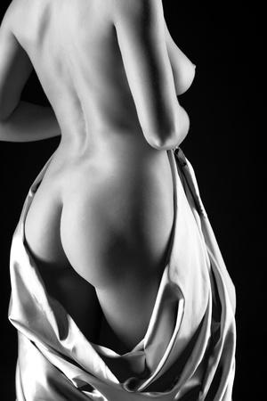 mujeres jovenes desnudas: Joven desnuda delgado a mujeres con tela sobre fondo negro. Imagen en blanco y negro Foto de archivo
