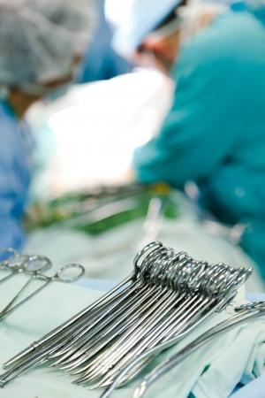 quirurgico: instrumentos en la sala de operaci�n con cirujanos en segundo plano. imagen con DOF superficial. Foto de archivo