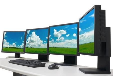 postazione lavoro: diversi monitor con immagine panoramica