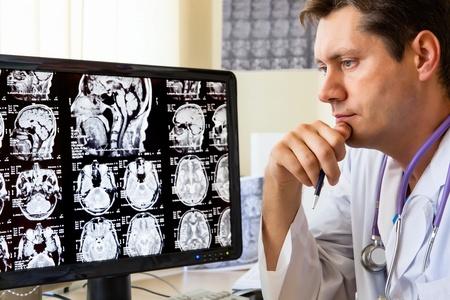 Arts in het ziekenhuis te kijken naar CT-scan Stockfoto