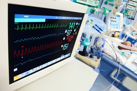 consulta m�dica: UCI neonatal con monitor de ECG en primer plano