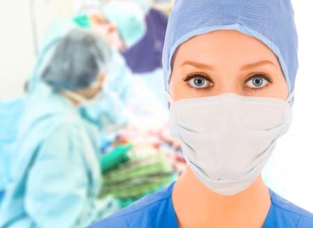 surgical: Cirujano de sexo femenino con su equipo en la sala de operaciones