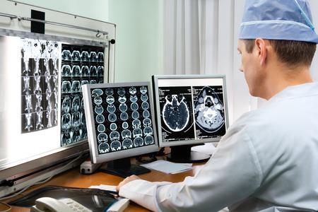 � image: Doctor que examina las im�genes de rayos x en el hospital Foto de archivo