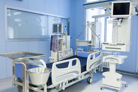 Intensive care unit with dialysis device in clinic. 版權商用圖片 - 56788964