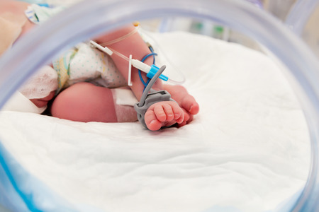 Pulse Oximeter Sensor and Drip Line on the Foot of Newborn Baby at Children's Hospital Stockfoto