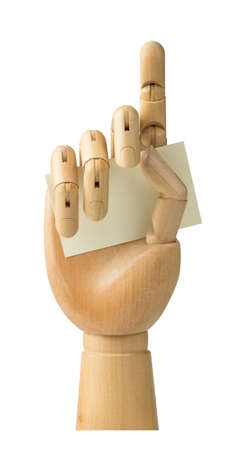 Wooden Hand hält Visitenkarte getrennt auf einem weißen Hintergrund