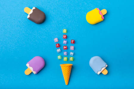 miniature Ice cream on a colorful background. Copy space. Summer time concept. 版權商用圖片 - 147922750