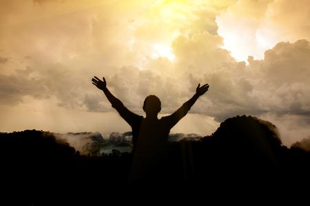 orando: El hombre gracias a Dios Foto de archivo