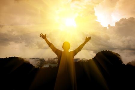 Der Mann danken Gott auf dem Berg.