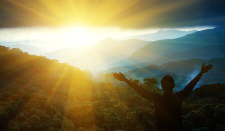 De man dank God op de berg.