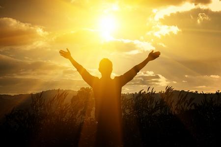 남자 추수 감사절은 산에서 하나님 감사합니다. 스톡 콘텐츠