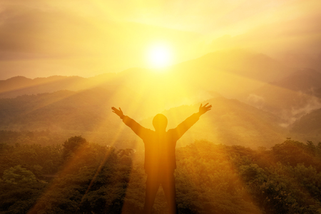 Man, thank God on the mountain and there is light from the sky. Imagens