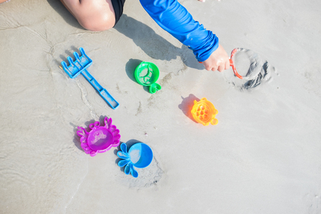 Children playing toys at the beach 스톡 콘텐츠