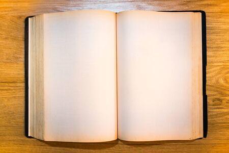 Una página vieja vacía de la Biblia.