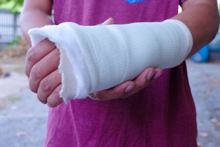 The injured man's hand and a splint.