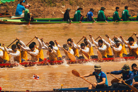 Phitsanulok / Thailand - 09 16 2018: Das traditionelle Langbootrennen in Nan River Editorial