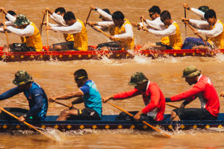 Phitsanulok / Thailand - 09 16 2018: Das traditionelle Langbootrennen in Nan River