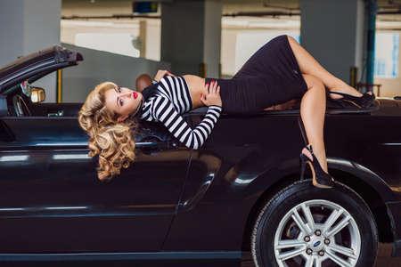 핀 스타일의 소녀가 차에 앉는다.