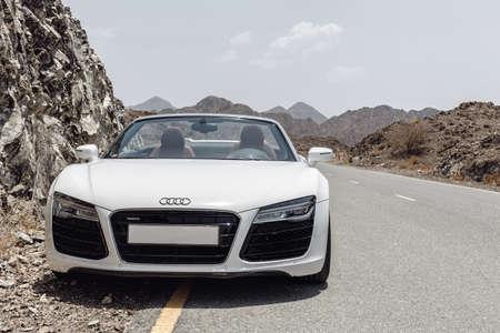 Audi R8 in de rotsachtige bergen Redactioneel