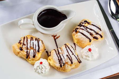 choux bun: Eclairs with dark chocolate