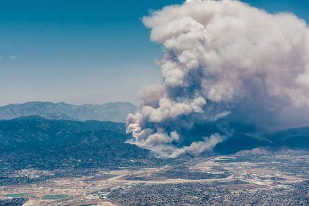 북쪽 로스 앤젤레스의 산에서 불타는 화재