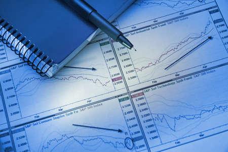 hoja de calculo: El an�lisis financiero del crecimiento de las ventas de intercambio sobre la base de diagrammes y programaciones Foto de archivo