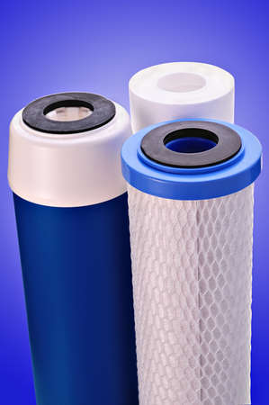 distilled water: filtro para tratar sobre un fondo azul oscuro de agua Foto de archivo