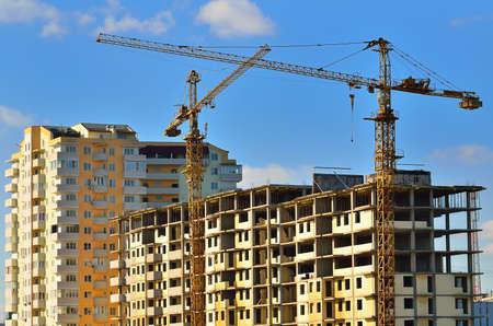 Turmdrehkrane auf Bau der mehrstöckigen Haus Standard-Bild - 11549088