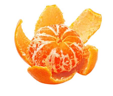 orange peel clove: buccia di mandarino maturo con purificata isolata su sfondo bianco